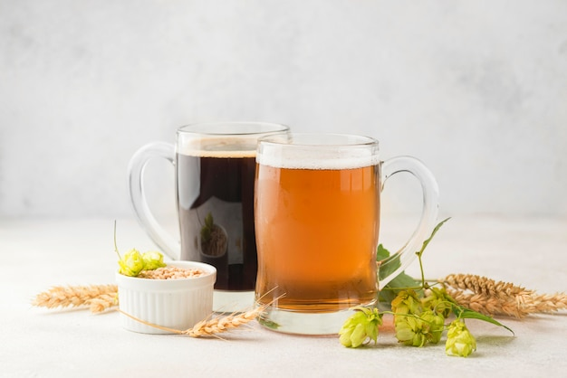 Arrangement mit bier und weizensamen Premium Fotos