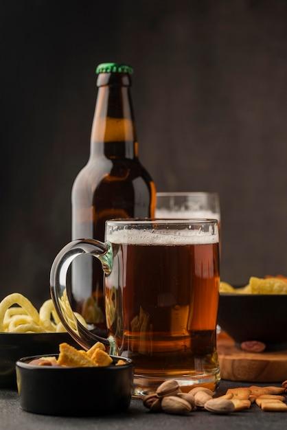 Arrangement mit bierkrug und flasche Premium Fotos