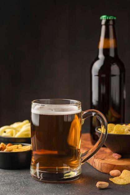 Arrangement mit bierkrug und snacks Kostenlose Fotos