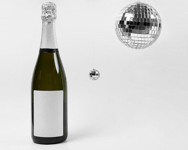 Arrangement mit flaschen- und disco-globen Kostenlose Fotos