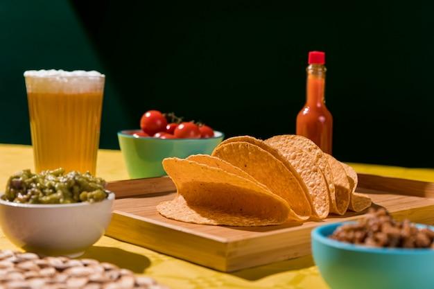 Arrangement mit tortilla und bier Kostenlose Fotos