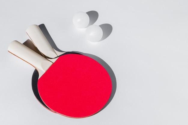 Arrangement von tischtennisschlägern und bällen Kostenlose Fotos
