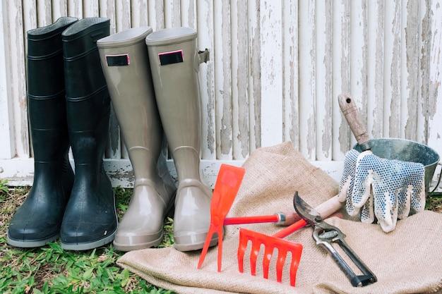 Arrangierte stiefel mit instrumenten im garten Kostenlose Fotos