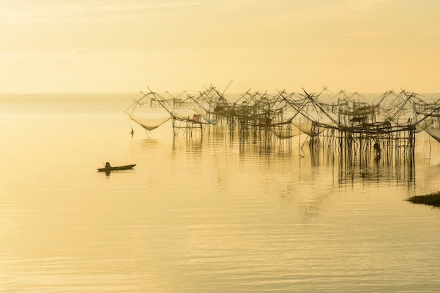 Art-fischenfalle der fischer thailändische in pak pra village Premium Fotos
