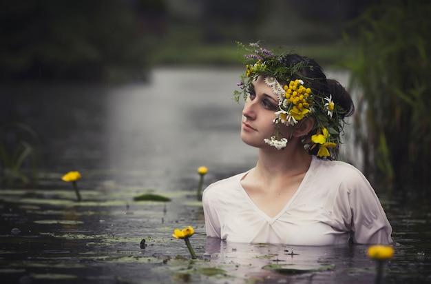 Art woman mit kranz auf dem kopf in einem sumpf Premium Fotos