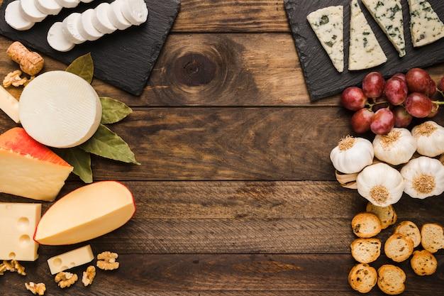 Arten von käse und bestandteil auf altem hölzernem hintergrund Kostenlose Fotos