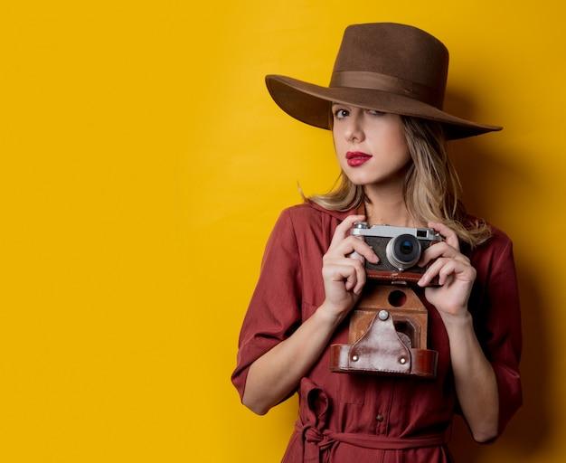 Artfrau im hut mit weinlesekamera Premium Fotos