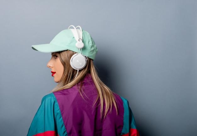 Artfrau in der kleidungsart der 90er jahre mit kopfhörern Premium Fotos