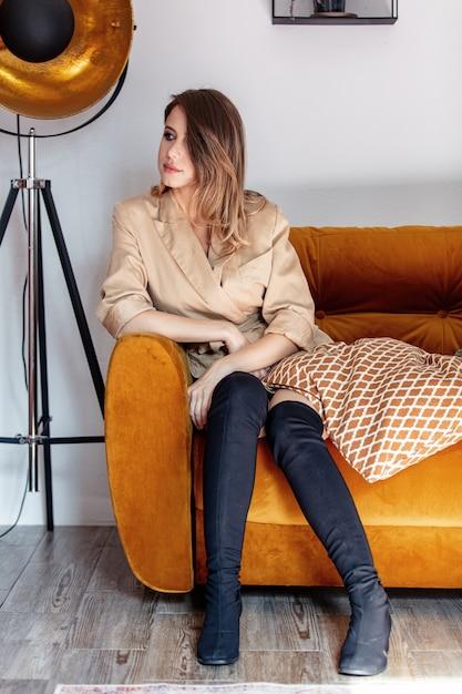 Artfrau mit dem make-up, das im sofa sitzt Premium Fotos