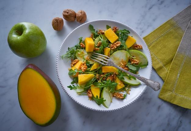 Arugula mango und apfelsalat gesund Premium Fotos