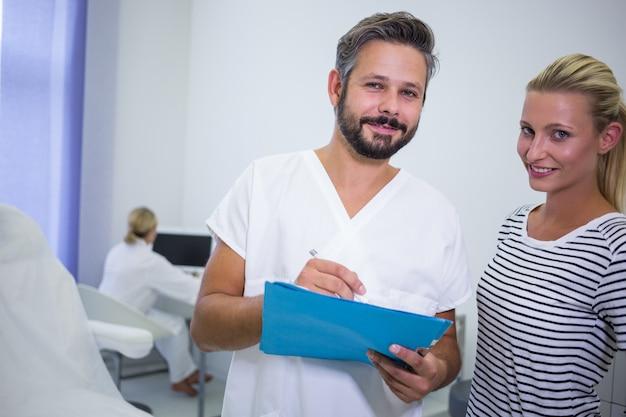 Arzt bespricht berichte mit patienten in der klinik Kostenlose Fotos