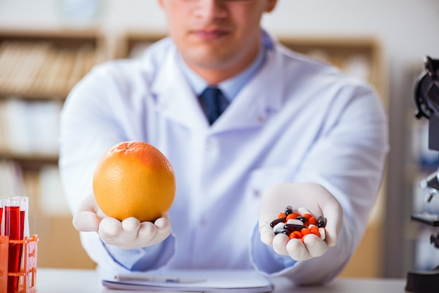 Arzt bietet die wahl zwischen gesund und vitaminen Premium Fotos
