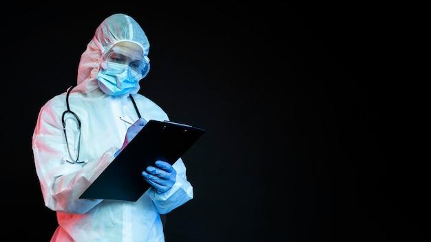 Arzt, der medizinische ausrüstung mit kopierraum trägt Kostenlose Fotos