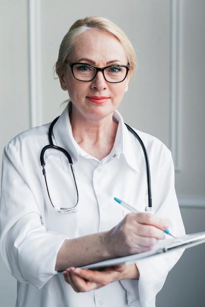 Arzt mit einem medizinischen bericht Kostenlose Fotos
