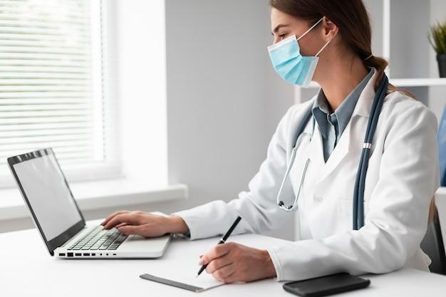 Arzt mit gesichtsmaske in der klinik Kostenlose Fotos