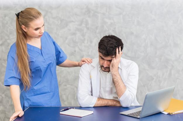 Arzt mit psychischen gesundheitsproblemen bei psychosomatischen störungen, stress und depressionen durch überlastungsarbeit und krankenschwestertröstung. Premium Fotos