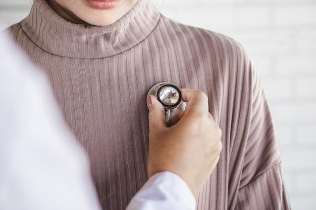Arzt mit stethoskop untersucht patientenherzschlag Premium Fotos