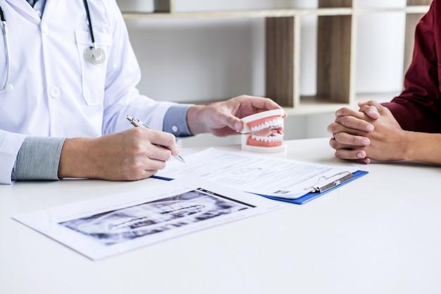Arzt- oder zahnarztbericht über die arbeit mit zahnröntgenfilmen und den für die behandlung verwendeten geräten Premium Fotos