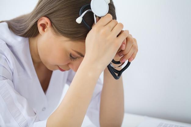 Arzt. traurige oder schreiende weibliche krankenschwester im krankenhausbüro Premium Fotos