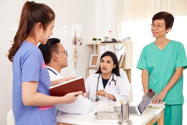 Arzt und krankenschwester ärzteteam Premium Fotos