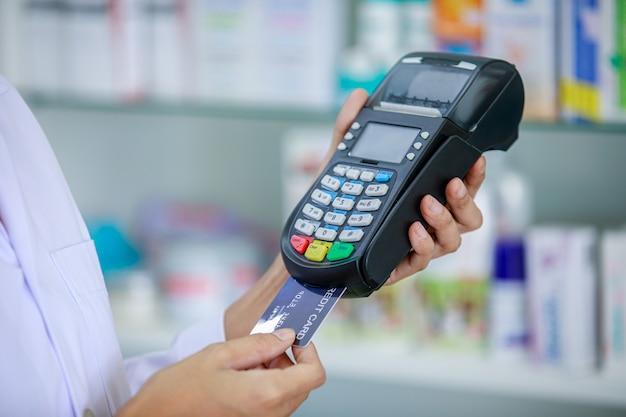 Arzt und kreditkartenautomat halten hand Premium Fotos