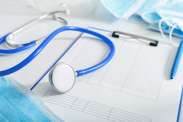 Arzttermin. blaues stethoskop, medizinischer test bildet dokumente auf dem arbeitsplatz des arztes im büro der klinik. konzeptmedizin gesundheitspflege. prävention von coronovirus covid-19 Premium Fotos