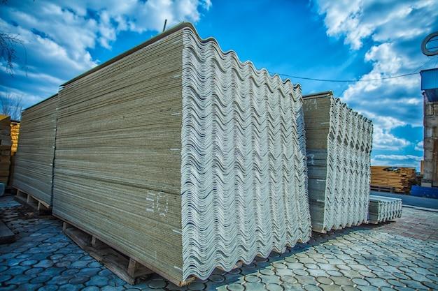 Asbestdach. asbestzement-dachbahnen Premium Fotos