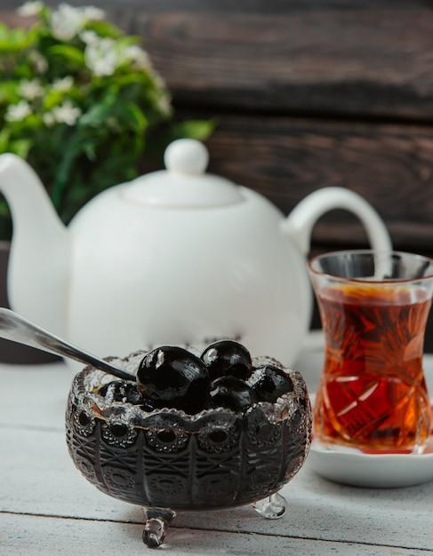 Aserbaidschanische walnussmarmelade in kristallschale serviert mit schwarzem tee Kostenlose Fotos