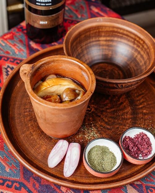 Aserbaidschanisches traditionelles gericht piti gekocht im tontopf Kostenlose Fotos