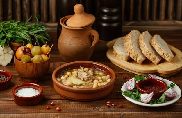 Aserbaidschanisches traditionelles lebensmittel piti in einer tonwarenschüssel diente mit indischem brot Kostenlose Fotos