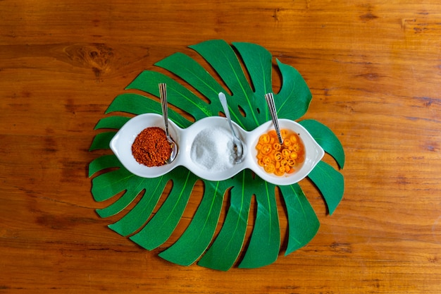 Asia-aroma in der kleinen weißen schüssel wie essigzucker und chili für eine art thailändischen nudelstil. Premium Fotos