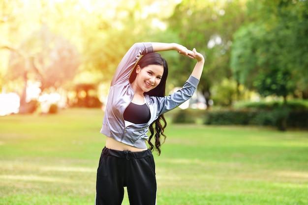 Asia woman fit halten körperübung dehnen sie die muskeln für die gesundheit im garten Premium Fotos
