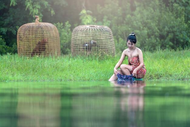 Asia woman händewaschen Premium Fotos