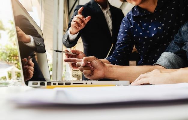 Asian business-frau-manager analysieren datum in charts und eingabe auf computer, notizen in dokumenten auf dem tisch im büro, vintage-farbe, selektiven fokus. geschäftskonzept. Kostenlose Fotos