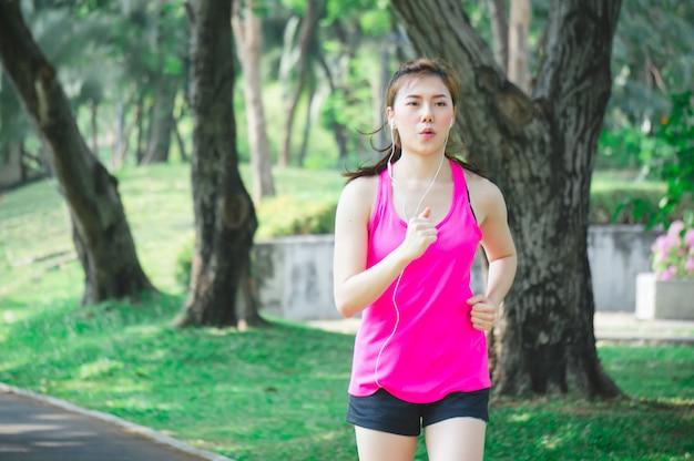 Asian sport frau läuft Premium Fotos