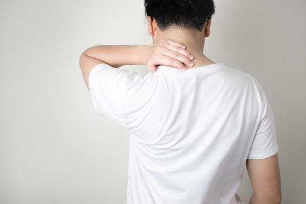 Asiaten leiden unter nackenschmerzen bei der arbeit. Premium Fotos