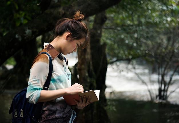 Asiatin, die eine reise im freien genießt Kostenlose Fotos