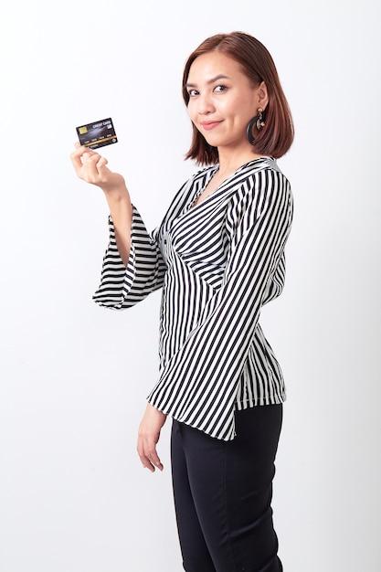 Asiatin, die kreditkarte hält Premium Fotos