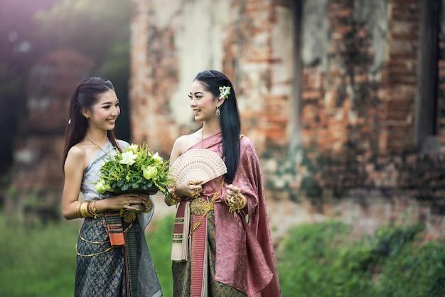 Asiatin, die typisches thailändisches kleid, ursprüngliche thailand-kleidung der weinlese trägt Premium Fotos