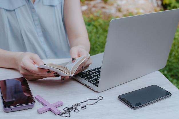 Asiatin glaubt an gott, liest bibel mit christlichem studienkonzept. Premium Fotos