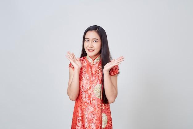 Asiatin im chinesekleidertraditionellen cheongsam Premium Fotos