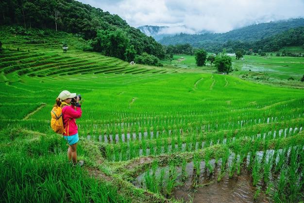Asiatin in der natur Premium Fotos
