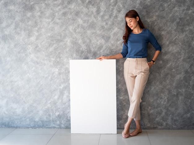 Asiatin mit weißem fahnenkopienraum Premium Fotos