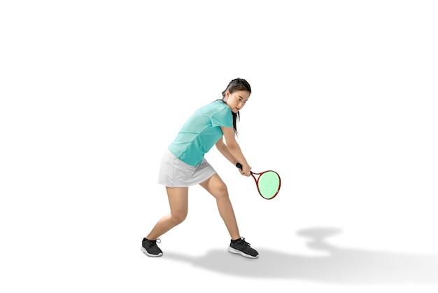Asiatin schwingen einen tennisschläger Premium Fotos