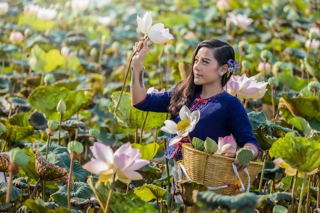 Asiatin-thailand-cuture mit lotostraditionskleid. Premium Fotos