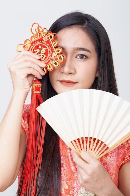 Asiatin tragendes cheongsam Premium Fotos