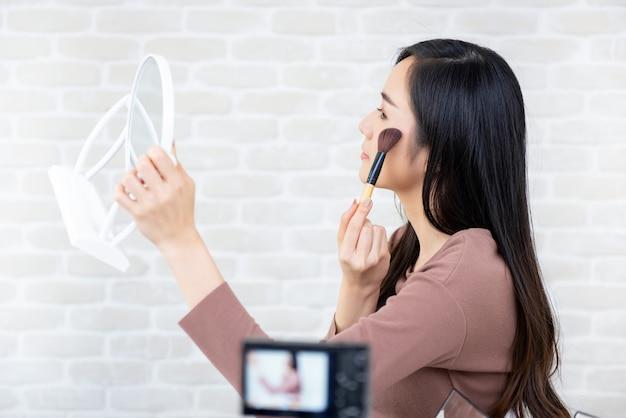 Asiatingeschönheit vlogger aufnahmemakeup-tutorial für virusclips Premium Fotos