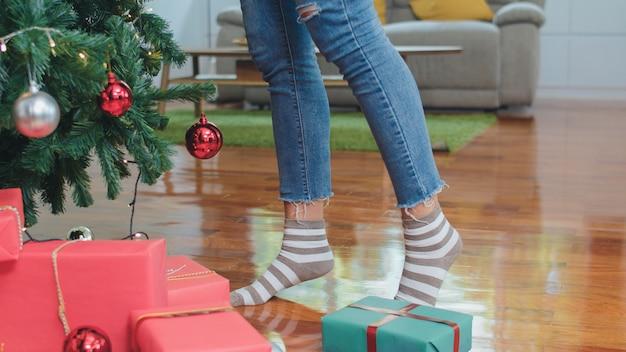 Asiatinnen verzieren weihnachtsbaum am weihnachtsfest. weiblicher jugendlich stand feiern weihnachtswinterferien im wohnzimmer zu hause. Kostenlose Fotos