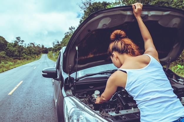 Asiatinreise entspannen sich im feiertag. kaputtes auto auf der straße. thailand Premium Fotos