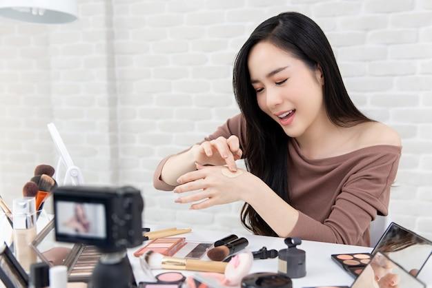 Asiatinschönheit vlogger, die kosmetische make-up-produktbewertung mit kamera aufzeichnet Premium Fotos
